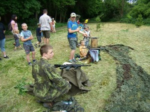 Děti střílejí z airsoftových zbraní a ze vzduchovek