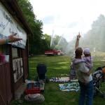 Závěrečná ukázka hasičů, zbylou vodu stříkají vysoko do vzduchu, k velké radosti dětí