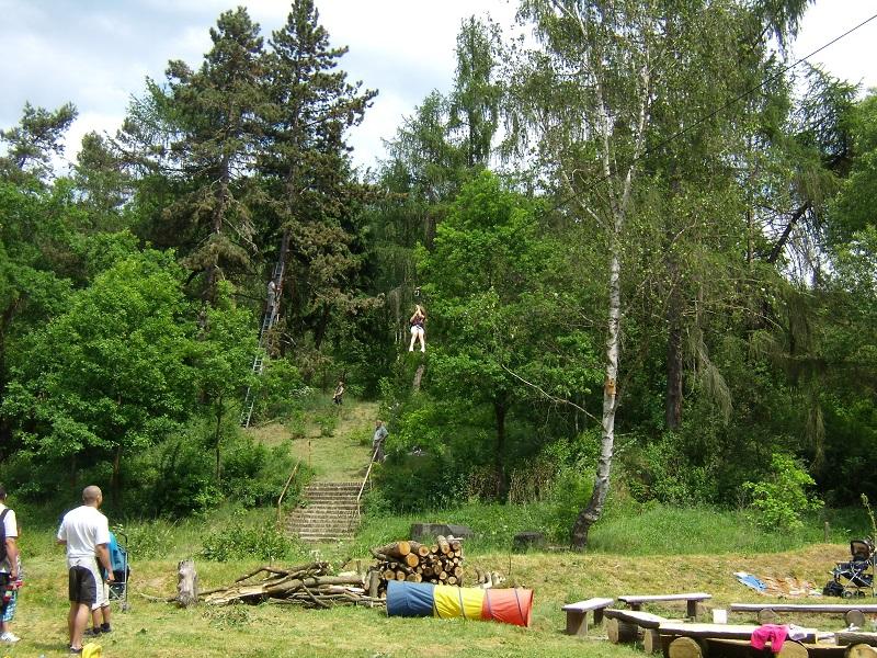 100m lanovka přes celé údolí, holčičce která akorát na ní jede, není ani 5 let