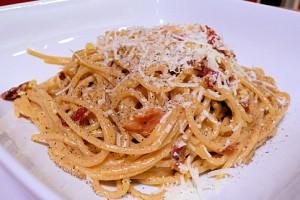 špagety na talíři